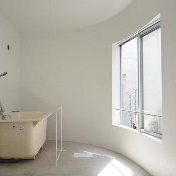 お風呂はぽつんと置いてあります