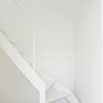 玄関を入ってすぐは階段です