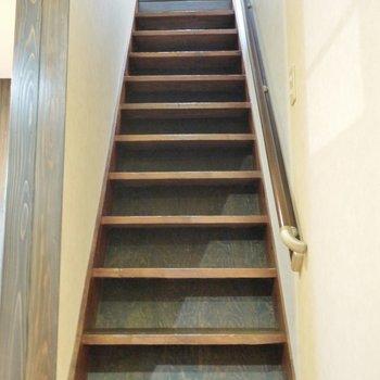 階段を上がって2階へ行きましょう