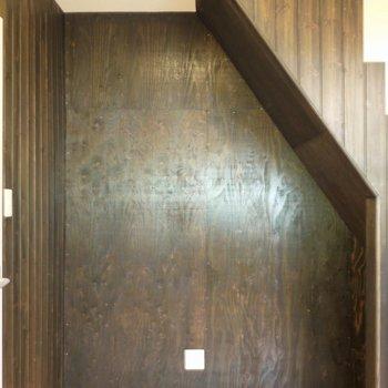 色々置けそうな階段下スペース