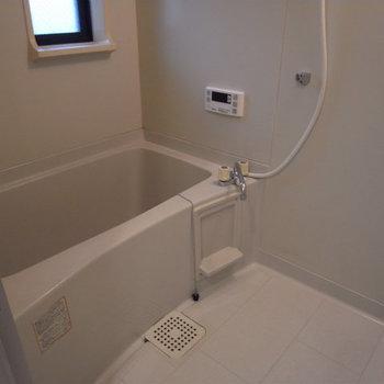 お風呂にも窓が。ここは既存になります※画像は別室です