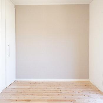 アクセントはライトブラウンをチョイス◎※写真は同間取り別部屋のもの、アクセントクロスの位置は異なります