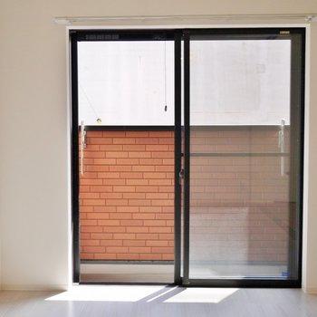 大きな窓が嬉しい洋室スペース※写真は前回撮影時のもの。