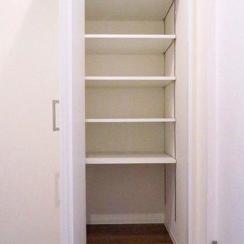 キッチン近くの収納は、ストックを入れておくのに良さそう。