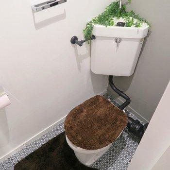 トイレも床と壁が変わるだけでこんなにお洒落に。