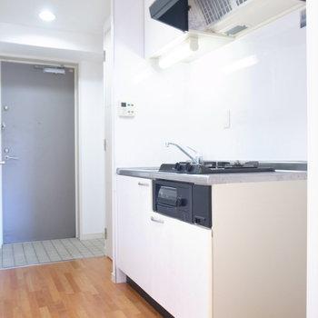 キッチンの右となりに冷蔵庫を置けます。