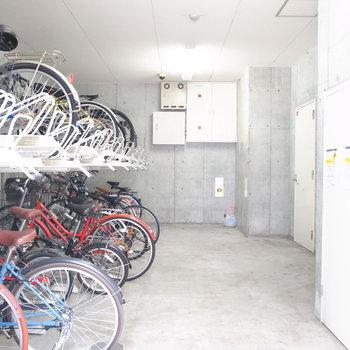 【共用部】駐輪場はこちらの屋内と、