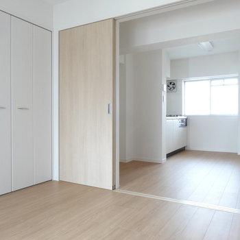 洋室の引き戸は開けておいて、広いリビングとして使うのがオススメ。