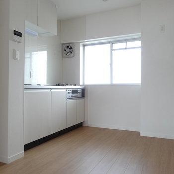 キッチンはシンプルな白のファミリータイプ。窓があるのが嬉しい。