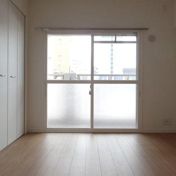 こちらは独立した洋室。ベランダはリビング側とひとつづきです。