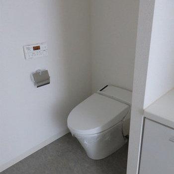 タンクレスのウォシュレットトイレです。(※写真は12階の同間取り別部屋のものです)