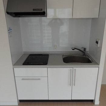 2口IHのシンプルなキッチン。(※写真は12階の同間取り別部屋のものです)