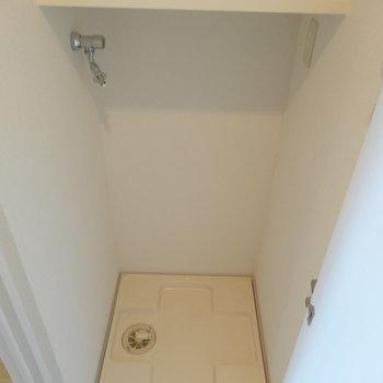 洗濯機は玄関近くに※写真は8階の同間取り別部屋のものです。