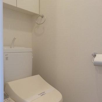トイレはシンプル※写真は8階の同間取り別部屋のものです。