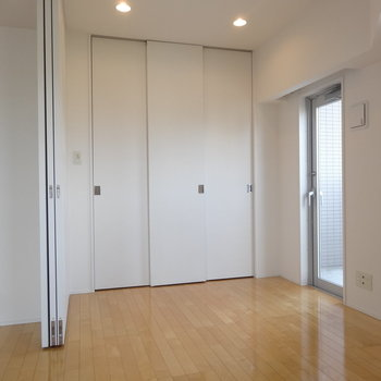 あそこの収納もスライド式※写真は8階の同間取り別部屋のものです。