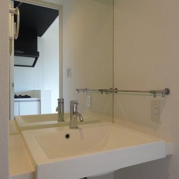 洗面台は鏡が大きい!※写真は8階の同間取り別部屋のものです。