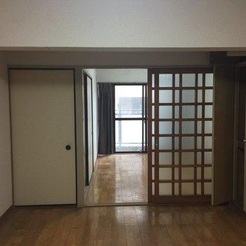 右側のガラス扉をとり大きなリビング空間に※写真は工事前です