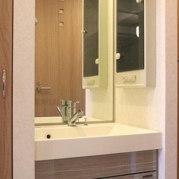 天井まである大きな鏡の洗面台※写真は4階の反転間取り別部屋のものです