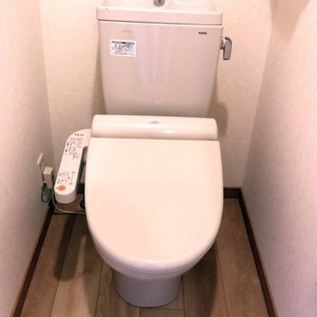 床が木目の個室トイレ※写真は4階の反転間取り別部屋のものです