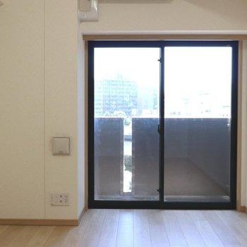 大きな窓から明るい日差しが入ります※写真は4階の反転間取り別部屋のものです