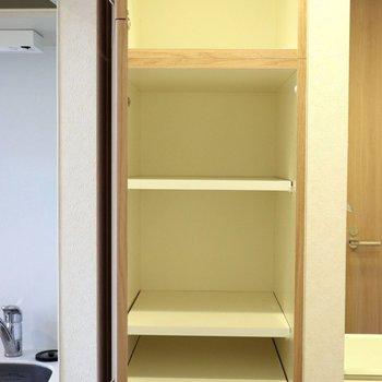 洗面台とキッチンの間にある小物の収納棚※写真は4階の反転間取り別部屋のものです