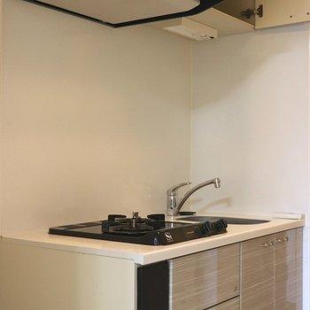 ベージュのキッチン※写真は4階の反転間取り別部屋のものです