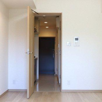 バルコニーから見ると※写真は4階の反転間取り別部屋のものです