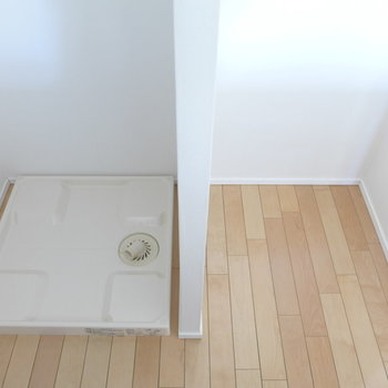洗濯機はキッチンの後ろに