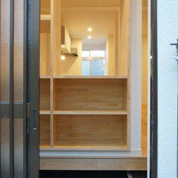 玄関には目隠し+収納になる造作の棚が設置されてます
