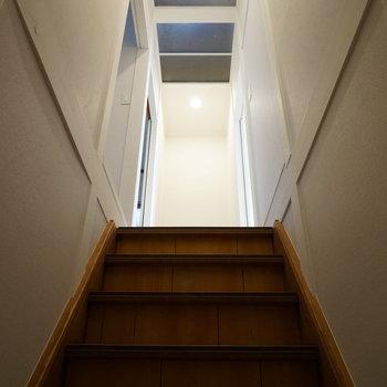 階段は敢えてレトロさを活かした造り