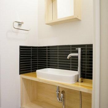 トイレにもミニ洗面台が付いてます!