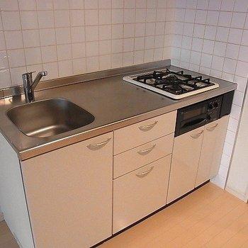 システムキッチンはグリル付き※写真は別部屋です