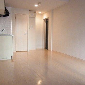 ホワイト調のフローリング※写真は別部屋です