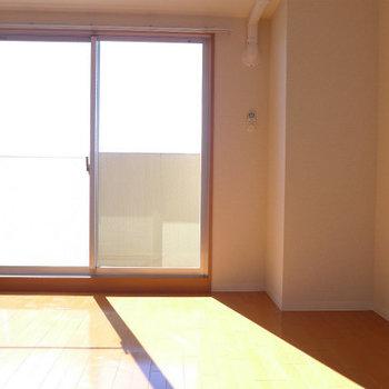 南向きのお部屋。日当たりgoodです。(※写真は11階の同間取り別部屋のものです)