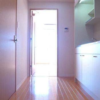 玄関からの眺め。キッチンまわりにゆとりありますよ〜(※写真は11階の同間取り別部屋のものです)