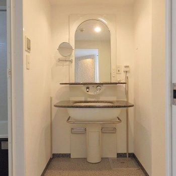ホテルのような拡大鏡付きの洗面台。