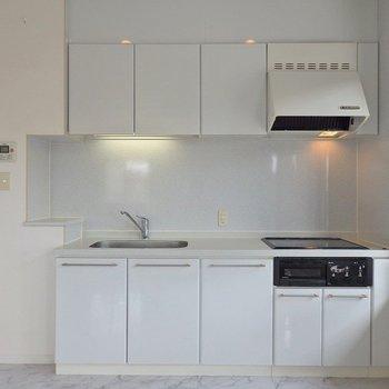 キッチンも豪華に3口グリル付きIH。