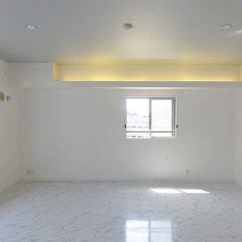 お部屋はダウンライトと間接照明。