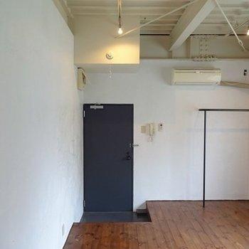 床、天井、壁、良い感じ※写真は反転の別部屋