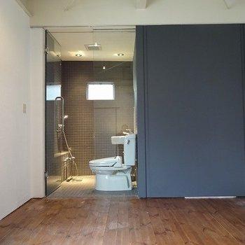 そして左側はバスルーム※写真は反転の別部屋