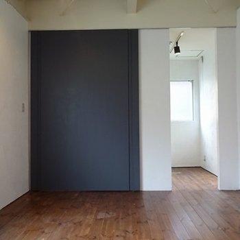 右側はキッチン※写真は反転の別部屋