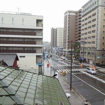 窓からは屋根と道路※写真は反転の別部屋