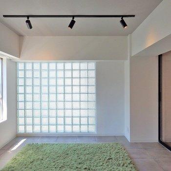 ガラスブロックとスポットライトがステキ。※写真の家具はイメージ