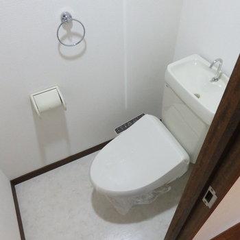トイレにはウォシュレット付いていました