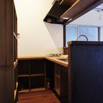 収納もたくさんあるキッチン。スペースは狭い ※写真は前回募集時のものです。