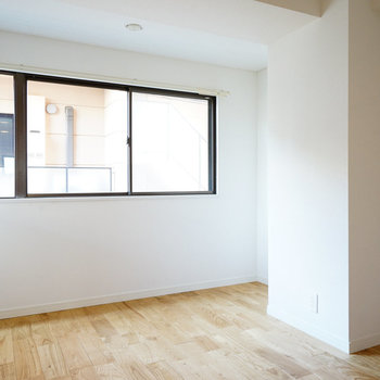 寝室は6帖の空間。窓が高い位置でベッドも置きやすい〇