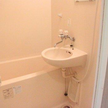 洗面台とお風呂はユニットになっています。※写真は前回募集時のものです。※写真は3階の同間取り別部屋のものです