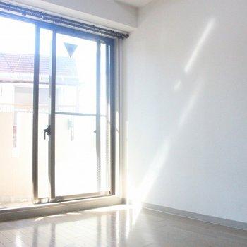 まばゆい日差しが差し込むリビング。※写真は前回募集時のものです。※写真は3階の同間取り別部屋のものです