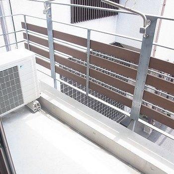 柵もスタイリッシュなデザイン※写真は3階の同間取り別部屋のものです