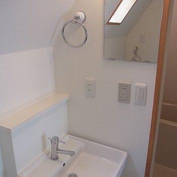 清潔感があって明るい洗面台です※写真は3階の同間取り別部屋のものです